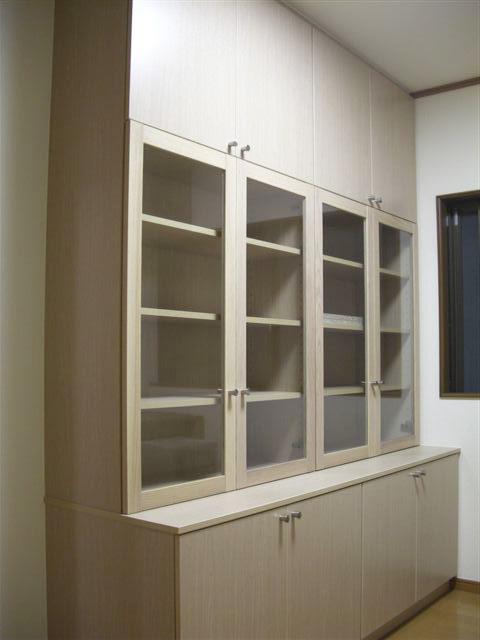木製ガラス扉のある食器棚 イメージ