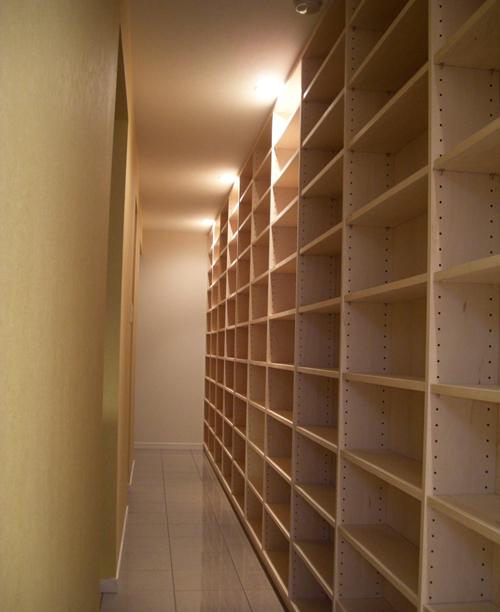 長い廊下の壁面収納(書棚) イメージ